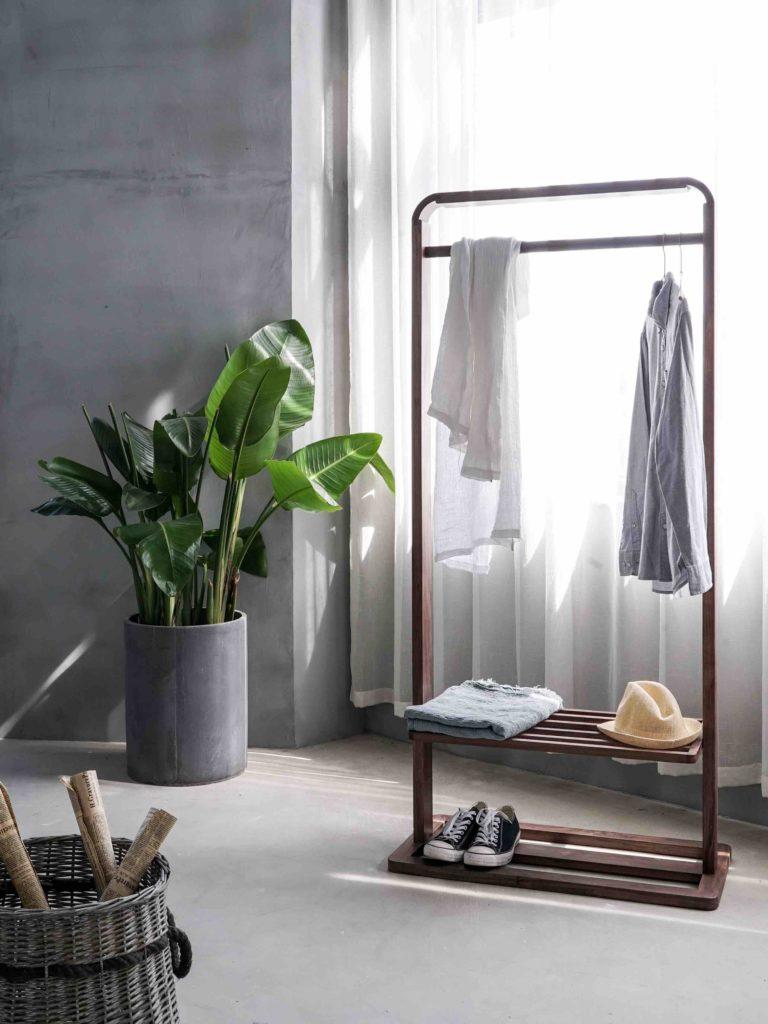 минималистична стая с дрехи