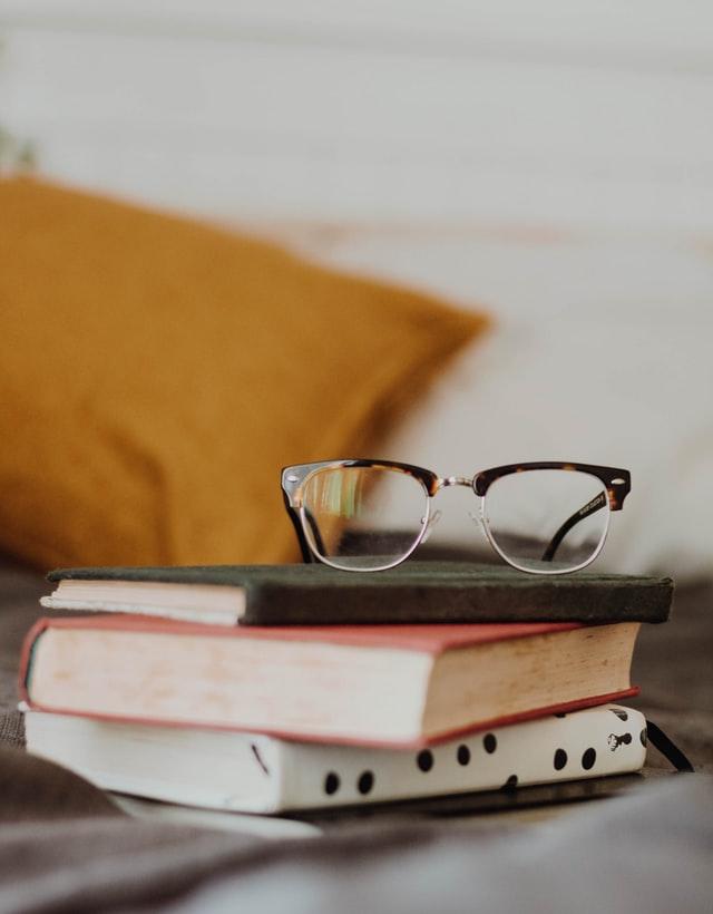 очила поставени върху книги