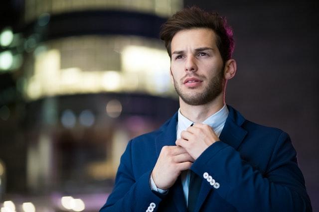 елегантен млад мъж със син костюм