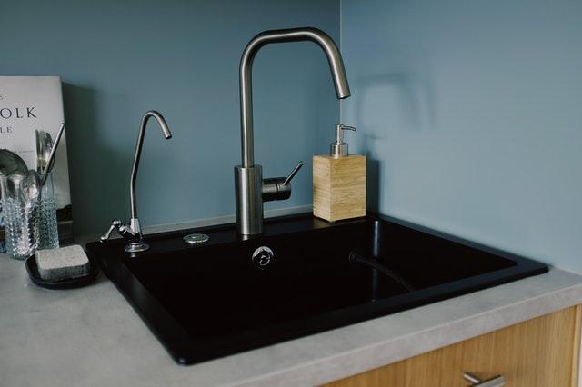 черна кухненска мивка, със светъл плот