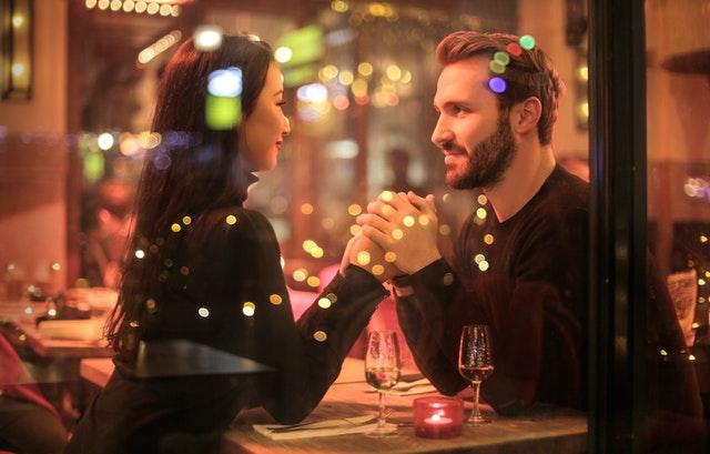 мъж и жена седят в заведение на среща