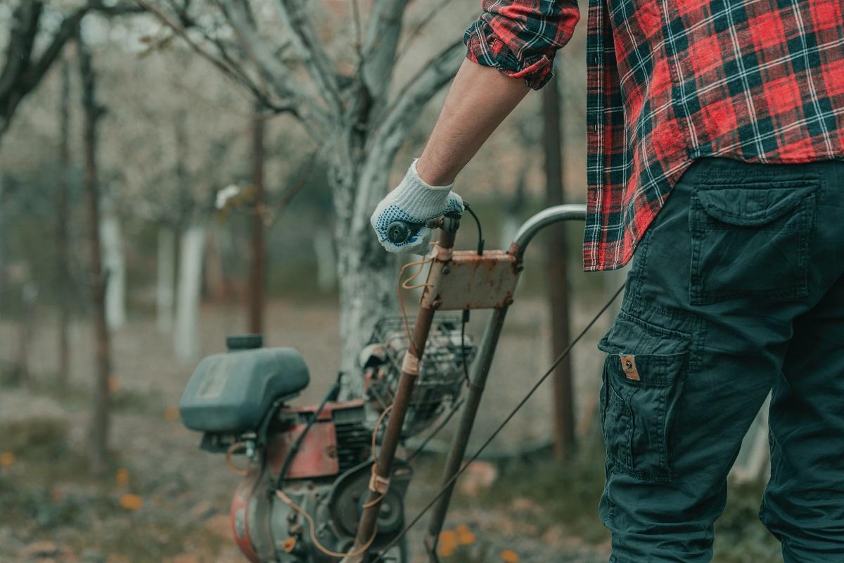 фермер обработва земята с мотоблок